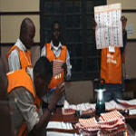 Officiers de la CEI comptent les votes