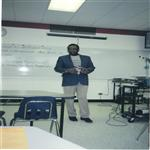 Dr. L�opold Kumbakisaka donnant cours aux �tudiants anglophones (Canada 2001)